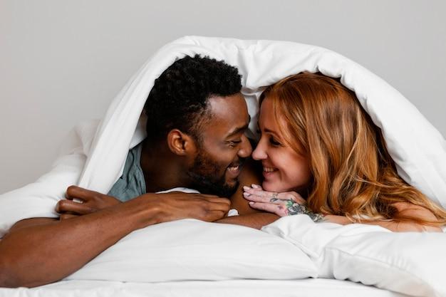 Gros plan, couple, pose, dans lit