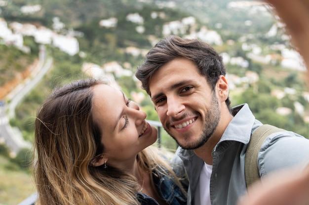Gros plan couple prenant selfie