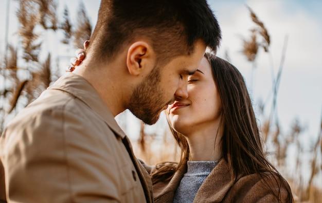 Gros plan, couple, presque, baisers