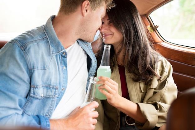 Gros plan couple romantique à l'intérieur de la voiture
