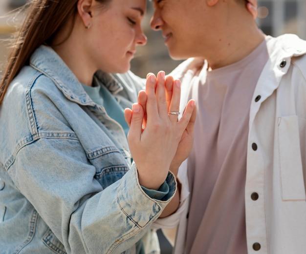 Gros plan couple romantique main dans la main