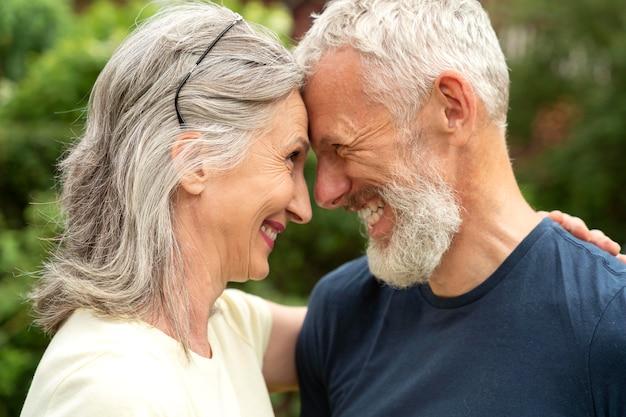 Gros plan couple romantique senior
