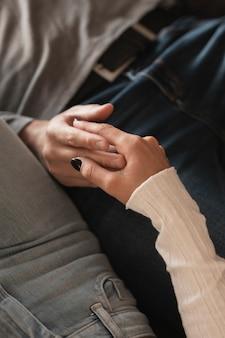 Gros plan, couple, tenu, tenant mains