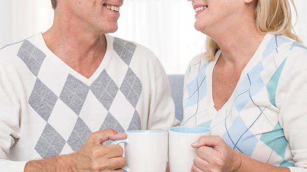 Gros plan, couple, tenue, blanc, tasses