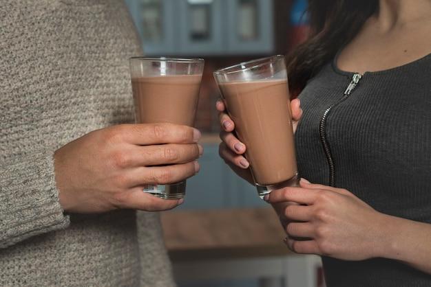 Gros plan, couple, tenue, boissons chaudes