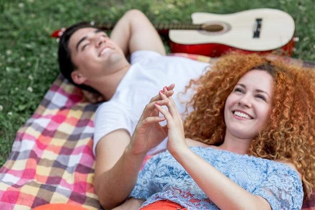 Gros plan, couple, toucher, mains, sourire