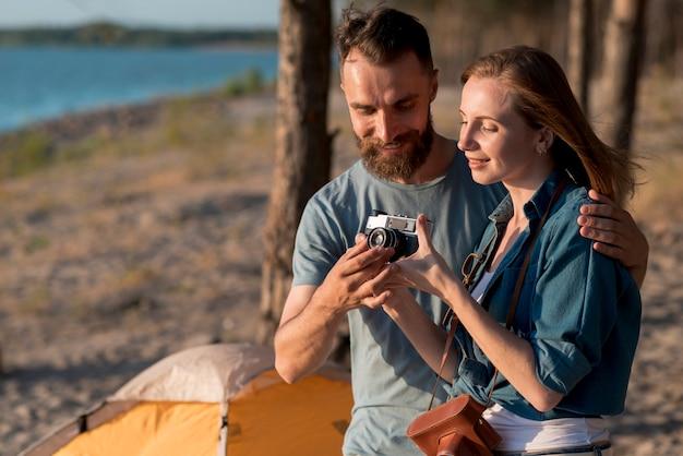 Gros plan d'un couple en train de mettre en place une caméra