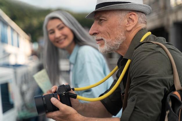 Gros plan couple voyageant avec appareil photo