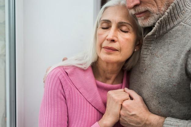 Gros plan, couples âgés, étreindre