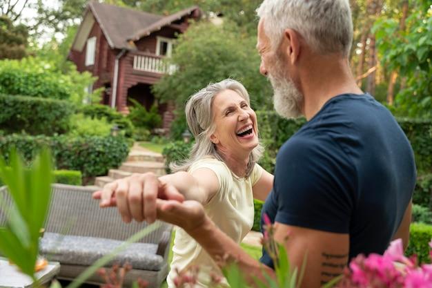 Gros plan, couples aînés, danse