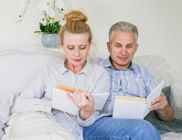 Gros plan, couples aînés, lecture livres