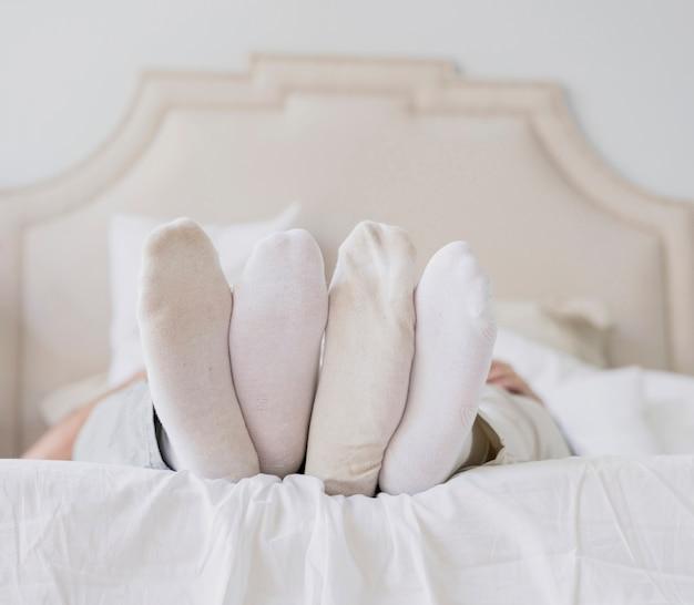 Gros plan, couples, pieds ensemble, dans lit