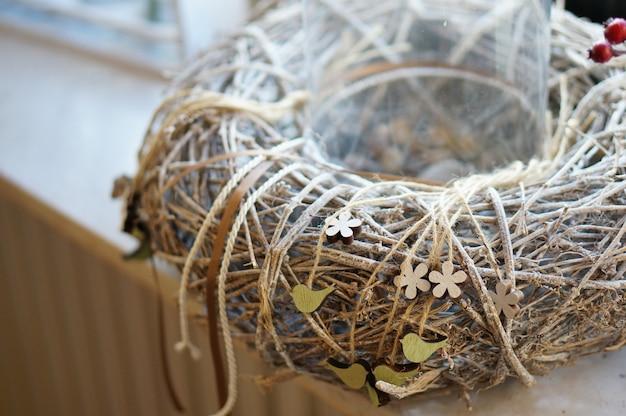 Gros plan d'une couronne de branches avec des cordes enroulées autour d'elle