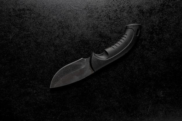 Gros plan d'un couteau de poche edc avec un support noir