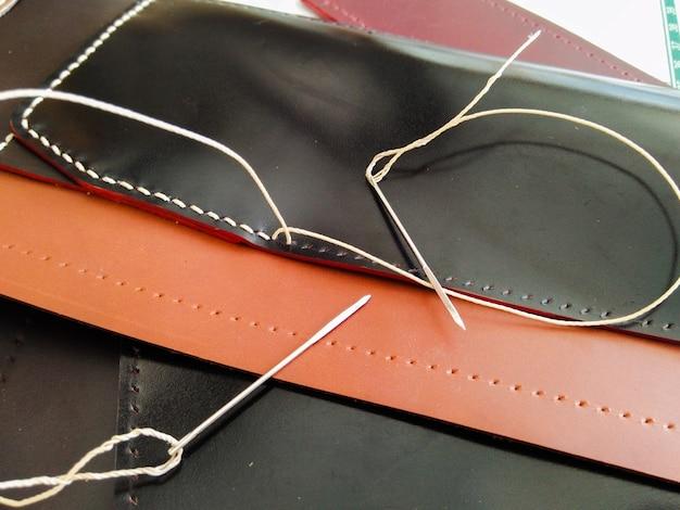 Gros plan de couture sur cuir à la main