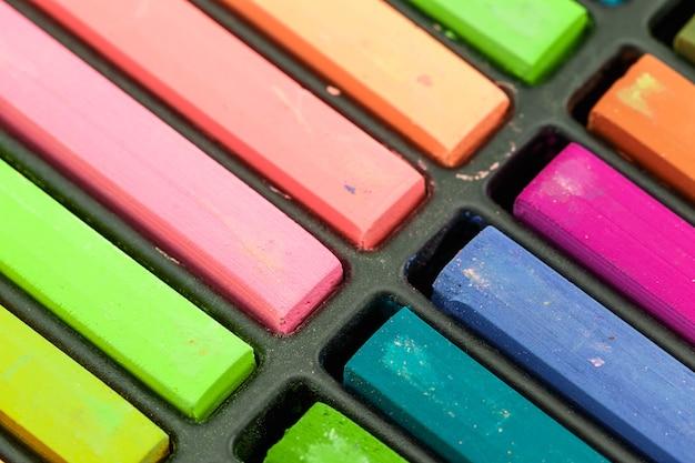 Gros plan craies colorées dans une variété de couleurs disposées dans un bac