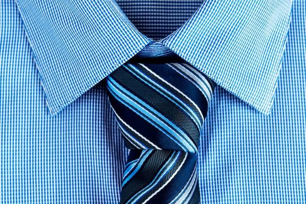 Gros plan de la cravate