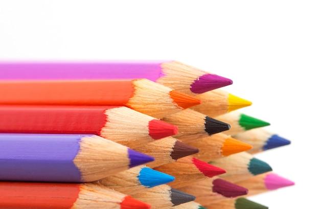 Gros plan de crayons de couleur isolé sur blanc