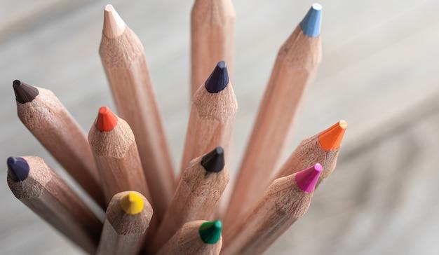 Gros plan de crayons de couleur pour dessiner sur fond flou