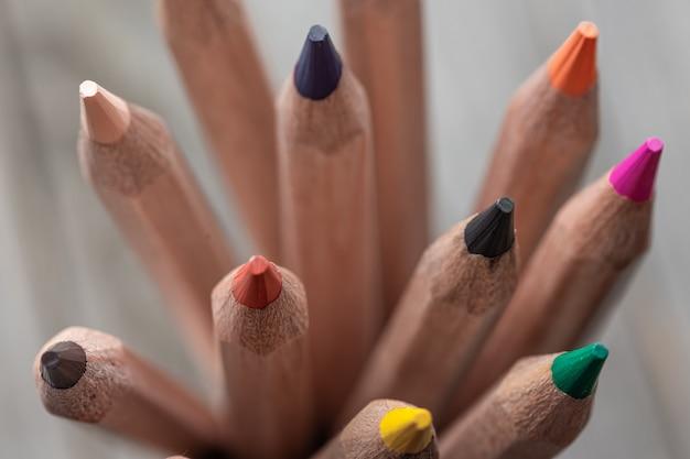 Gros plan sur des crayons de couleur pour dessiner sur une surface floue
