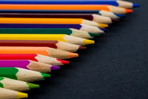 Gros plan de crayons de couleur.