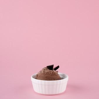 Gros plan de la crème glacée au chocolat sur la table