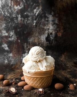 Gros plan de la crème glacée aux noix