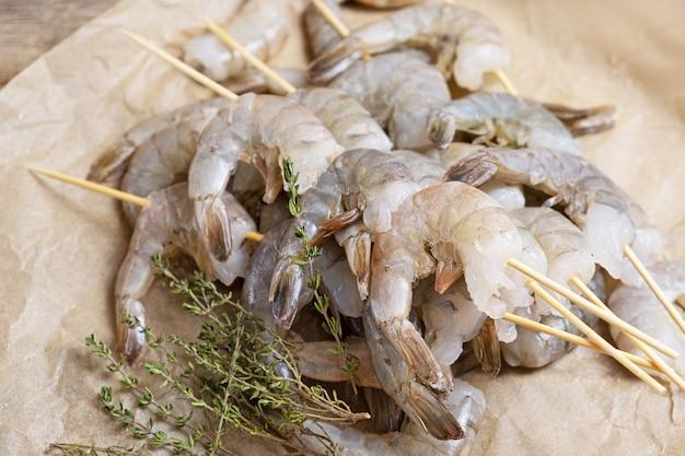 Gros plan de crevettes crues sur un papier sulfurisé