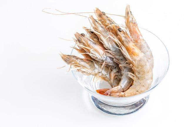 Gros plan de crevettes fraîches, crues et entières