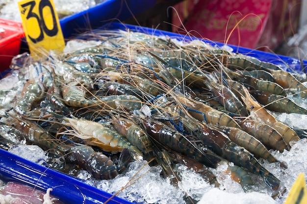Gros plan de crevettes prêts à vendre au marché