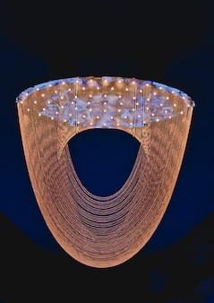 Gros plan sur le cristal du lustre contemporain