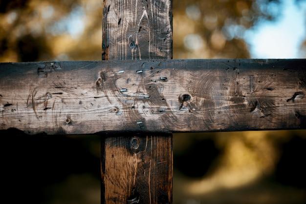 Gros plan d'une croix en bois brûlé