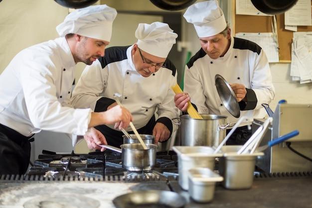 Gros plan sur la cuisine du chef dans la cuisine du restaurant