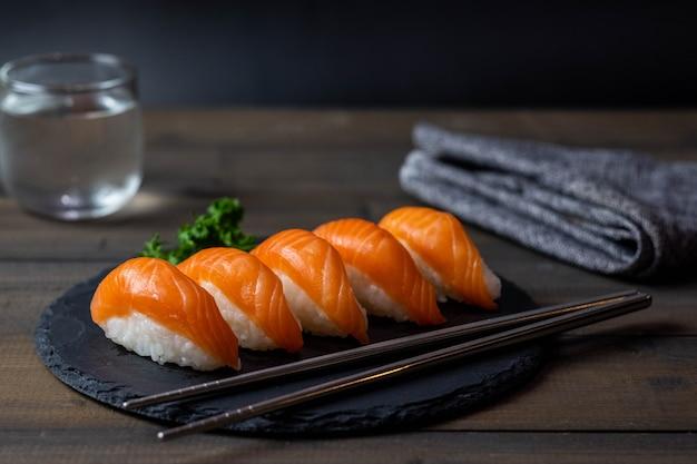 Gros plan de la cuisine japonaise sushi saumon