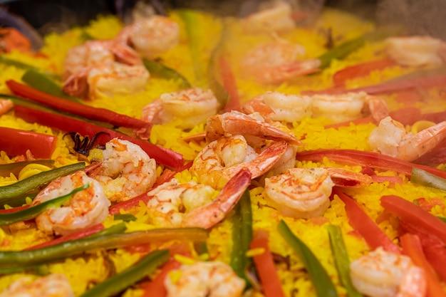 Gros plan sur la cuisine traditionnelle espagnole paella valence.