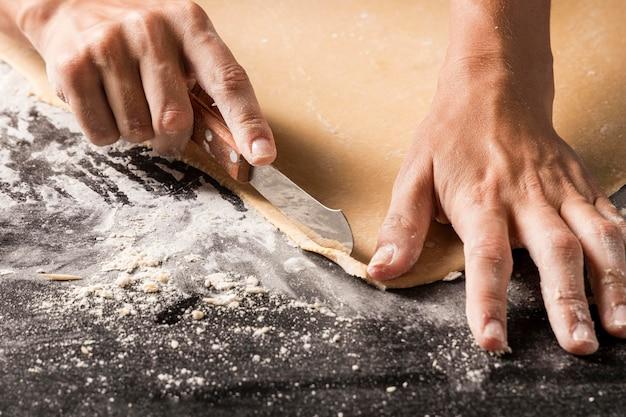 Gros plan, cuisinier, découpage, pâte
