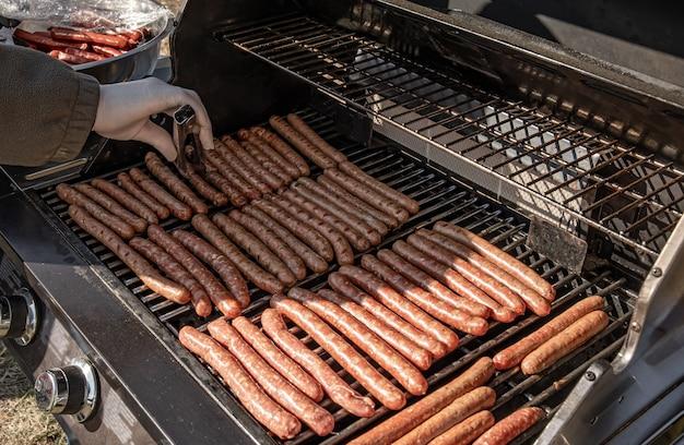 Gros plan de la cuisson des saucisses sur le gril
