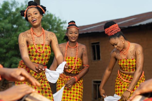 Gros plan sur la culture locale avec des danseurs