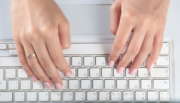 Gros plan, dactylographie, mains féminines, clavier