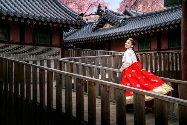 Gros plan sur dame coréenne en robe hanbok