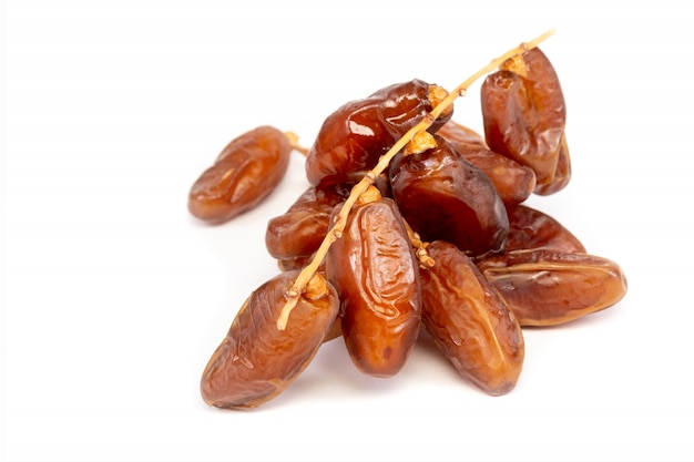 Gros plan des dates de cluster plam. dates fraîches plam sur fond blanc.