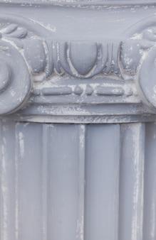 Gros plan décoratif de la colonne ionique antique