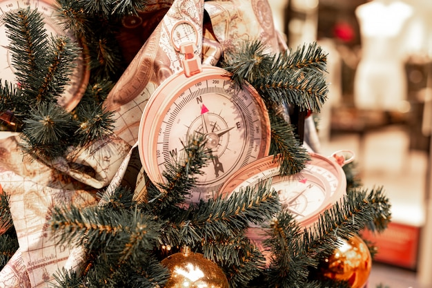 Gros plan sur la décoration d'arbre de noël avec des boussoles et des cartes