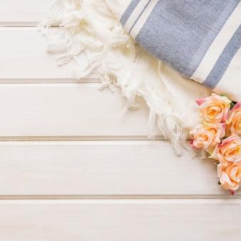 Gros plan, décoration d'automne avec des roses et des tissus