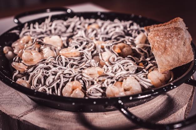 Gros plan d'une délicieuse assiette d'anguille aux crevettes. mise au point sélective.