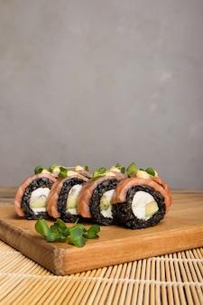 Gros plan d'une délicieuse cuisine japonaise avec rouleau de sushi