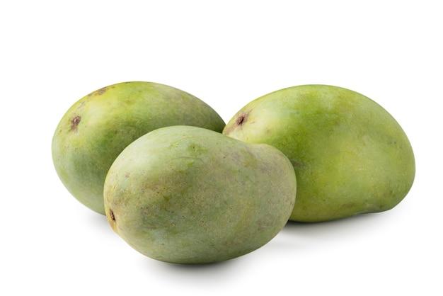 Gros plan sur une délicieuse mangue mûre verte isolée sur fond de tableau blanc, un tracé de détourage découpé.