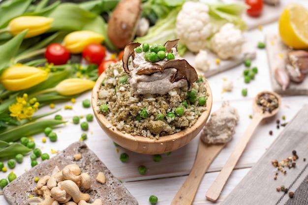 Gros plan sur la délicieuse salade végétalienne dans le bol
