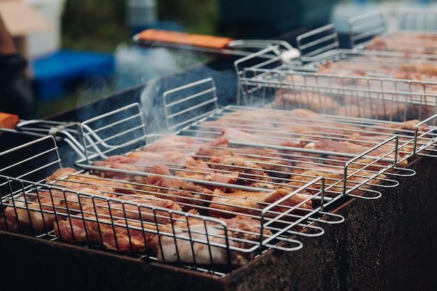 Gros plan de délicieuses côtes marinées pour barbecue