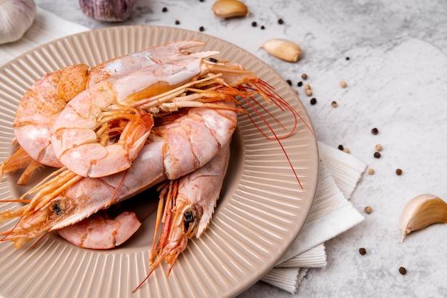 Gros plan de délicieuses crevettes cuites